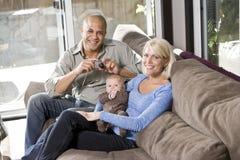 Muttergesellschaft und Schätzchen auf Schoss zu Hause, Vati mit Kamera Lizenzfreies Stockfoto