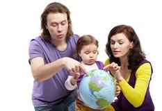 Muttergesellschaft zeigen der Tochter etwas auf Kugelerde Stockbilder
