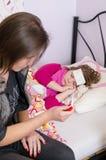 Muttergesellschaftsproblem mit krankem Kind Stockbilder