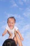 Muttergriffbaby oben Stockfotografie