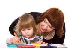 Mutterhelfende Tochter lizenzfreie stockbilder