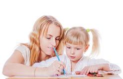 Mutterhelfende Tochter lizenzfreies stockbild