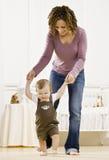 Mutterhelfender Sohn erlernen zu gehen Lizenzfreies Stockfoto
