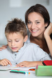 Mutterhelfender Sohn im Messwert Lizenzfreies Stockbild