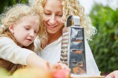 Mutterhilfen-daugther Unebenheitsäpfel Lizenzfreies Stockfoto