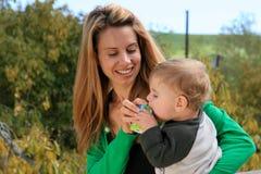 Mutterholding-Baby Lizenzfreies Stockbild