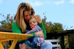 Mutterholding-Baby Lizenzfreie Stockfotos