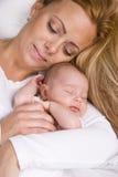 Mutterholding-Baby in ihren Armen Lizenzfreie Stockbilder