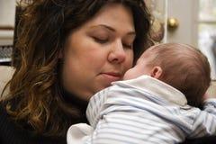 Mutterholding-Schätzchen Lizenzfreie Stockfotos