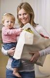Mutterholding-Tochter und Lebensmittelgeschäfte Lizenzfreies Stockfoto
