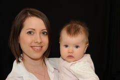 Mutterholdingschätzchen Stockbild