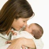 Mutterholdingschätzchen. Lizenzfreie Stockfotos