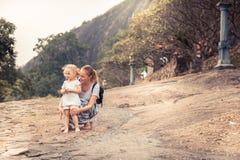 Mutterkinderzusammen reisender Lebensstil lizenzfreie stockfotografie