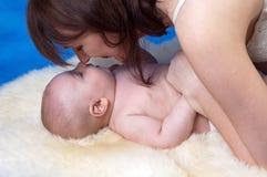 Mutterlächeln zu ihrem Kind Lizenzfreies Stockbild