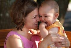 Mutterlieben ihr Schätzchen Lizenzfreies Stockfoto