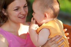 Mutterlieben ihr Schätzchen Lizenzfreie Stockfotografie