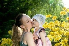 Mutterlieben ihre Tochter Lizenzfreies Stockfoto
