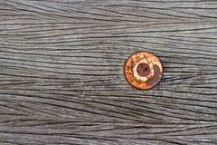 Muttern är rost på gammalt wood golv arkivbild