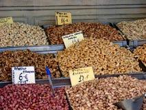 Muttern in einem griechischen Markt Stockbilder