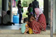 Mutterschaft - eine arme indische Mutter kümmert sich um ihren Kindern auf Straße Lizenzfreies Stockfoto