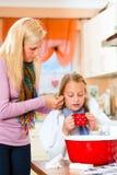 Muttersorgfalt für krankes Kind Lizenzfreie Stockbilder