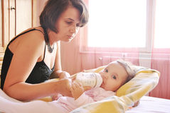 Mutterspeisenkind Lizenzfreie Stockfotografie