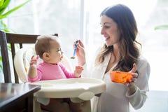 Mutterspeisenschätzchen mit Löffel Lizenzfreie Stockfotos