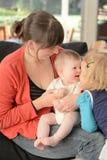 Mutterspiel mit ihrem Baby und Kind Lizenzfreies Stockfoto
