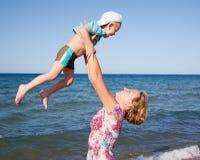 Mutterspiel mit Sohn Lizenzfreie Stockfotos