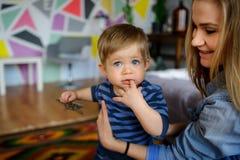 Mutterspiele mit dem kleinen Sohn Stockbilder