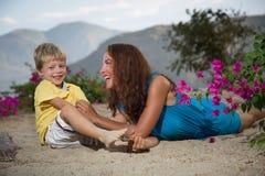 Mutterspiele mit ihrem Sohn Stockbilder