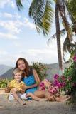 Mutterspiele mit ihrem Sohn Stockfoto