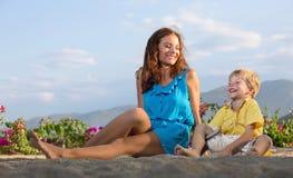 Mutterspiele mit ihrem Sohn Stockfotografie