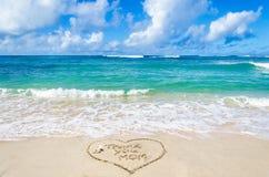 Muttertag auf dem Strandhintergrund