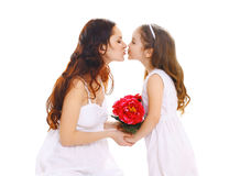 Muttertag, Geburtstag und glückliche Familie - Tochter gibt Blumenmutter Lizenzfreie Stockfotografie