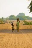 Muttertochter, die gut Wasser-Krüge holt Lizenzfreie Stockbilder