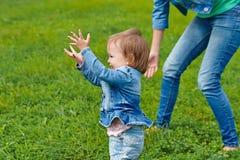 Muttertochter geht auf das Gras Lizenzfreie Stockfotos