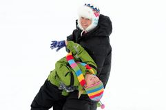 Muttertochter-Schnee-Tanz stockfoto