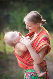 Muttertragende Tochter lizenzfreies stockfoto