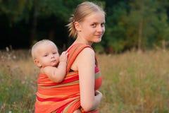 Muttertragende Tochter   lizenzfreie stockfotografie