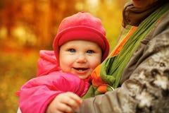 Muttertragende Tochter im Riemen stockfotos