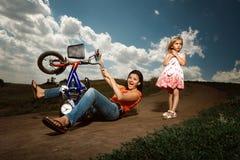 Mutterunterricht, wie man Fahrrad fährt Stockbild