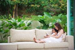 Mutterunterrichtende Tochter, wie man liest Lizenzfreies Stockfoto