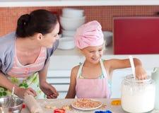 Mutterunterrichtendes Kind, wie man kocht Stockfoto