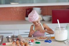 Mutterunterrichtendes Kind, wie man kocht Lizenzfreie Stockfotografie