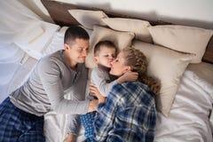 Glückliche Familie Mutter Und Sohn Der Auf Dem Weißen Bett