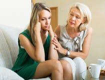 Mutterversuche versöhnen mit Tochter Lizenzfreies Stockfoto