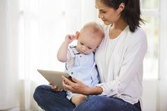 Muttervertretungskarikatur zum Baby stockfotografie