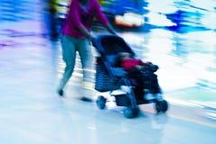 Mutterwak mit Kinderwagen Stockfotografie