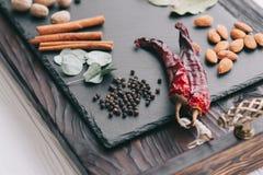 Muttrar, kryddor och mat Arkivfoto